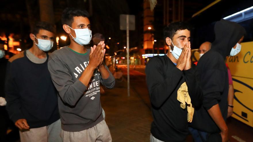 Migraciones y Gobierno de Canarias realojan a los migrantes liberados de Arguineguín