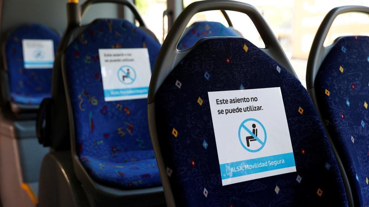 Detalle de las indicaciones de distanciamiento social en un autobús.