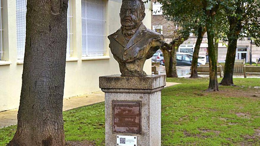 Un código QR bajo el busto de Enrique Peinador ya permite leer su biografía