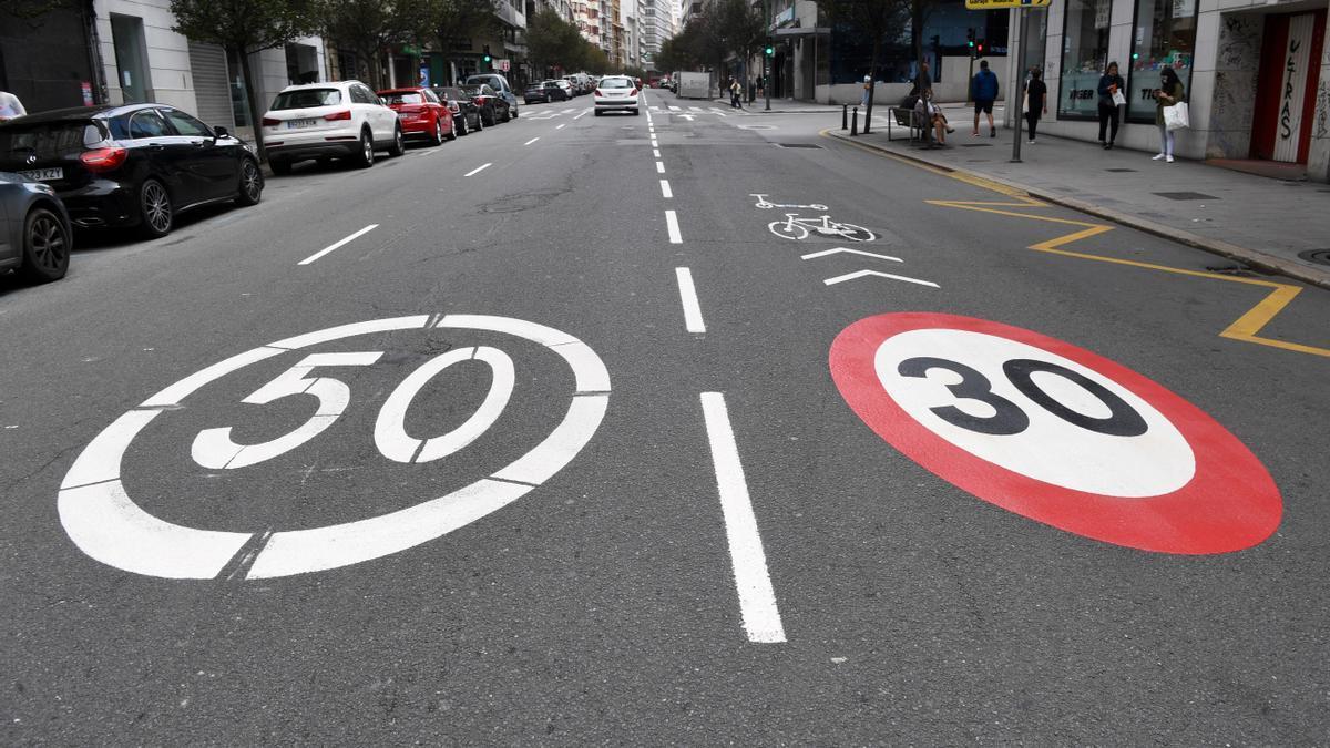 Señal de límite a 30km/h en un carril de Juan Flórez (A Coruña).