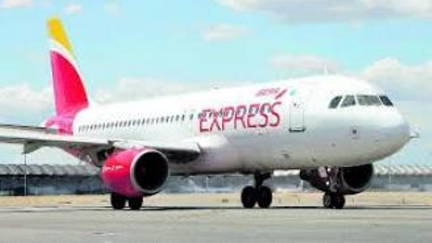 Las aerolíneas resaltan que el coste medio de viajar a la Península es de 28 euros
