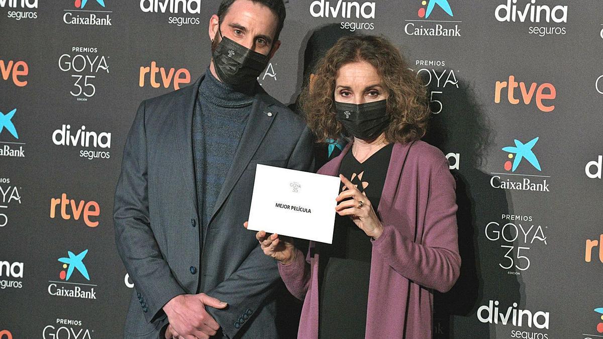 Dani Rovira y Ana Belén,  ayer, durante la lectura  de los candidatos.  EFE/E.Naranjo