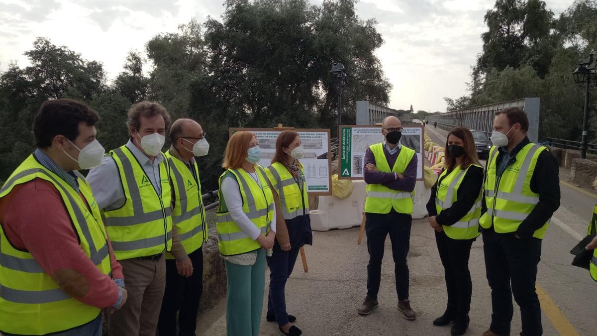 La delegada de Fomento, con la alcaldesa y técnicos en el puente de hierro de Palma del Río.