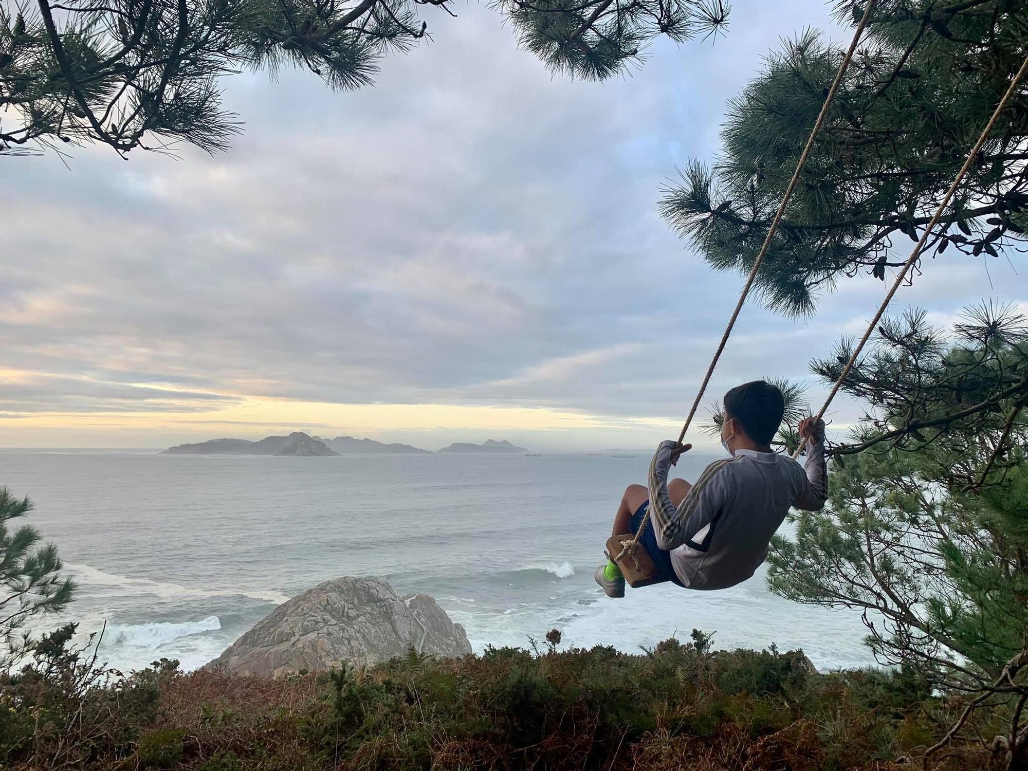Un columpio en Monteferro con vistas a la ría de Vigo