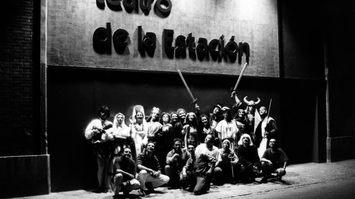 Actores frente a la fachada del Teatro de la Estación.