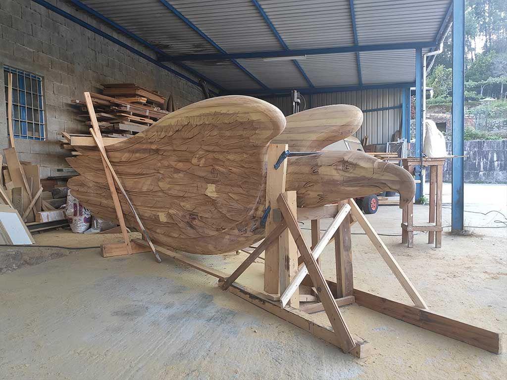 El águila, en madera
