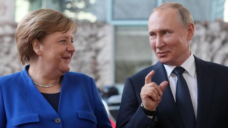 Acuerdo en Berlín para impulsar un alto el fuego y el embargo de armas en Libia