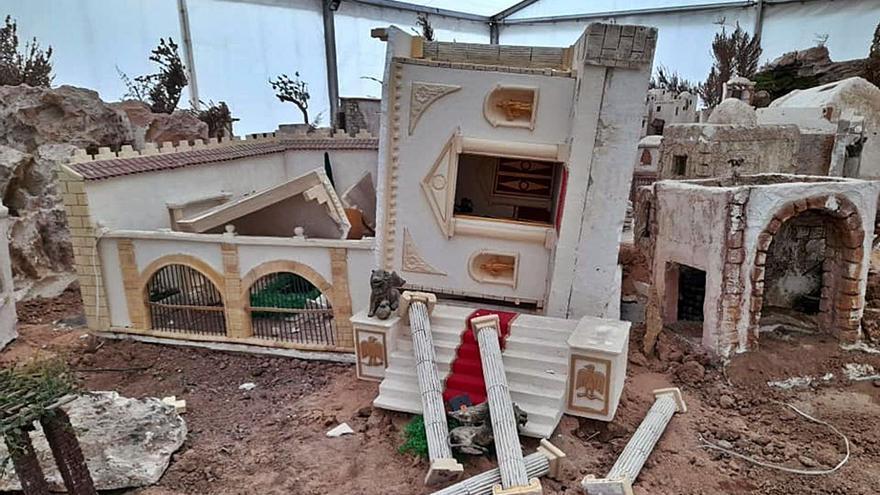 Detienen a tres menores en Almoradí por destrozar el belén antes de desmontarse