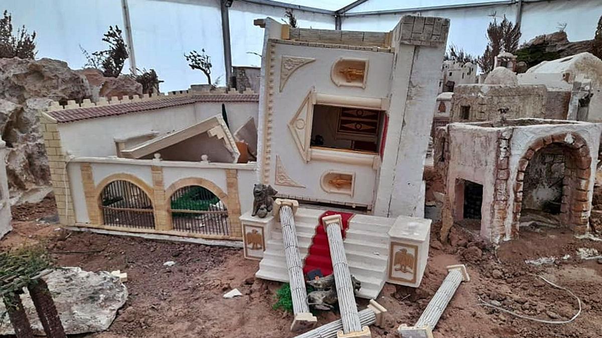 Los responsables arrasaron con piezas y estructuras que rompieron en varias partes.
