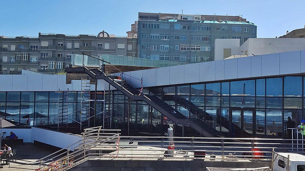 Imagen de las obras de las escaleras que acceden al paseo por la fachada del complejo deportivo Go Fit. | | LP/DLP
