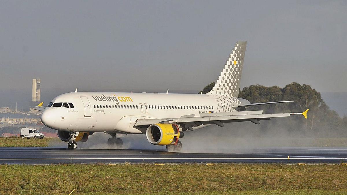 Uno de los aviones de Vueling, en la pista de Alvedro.     // FRAN MARTÍNEZ