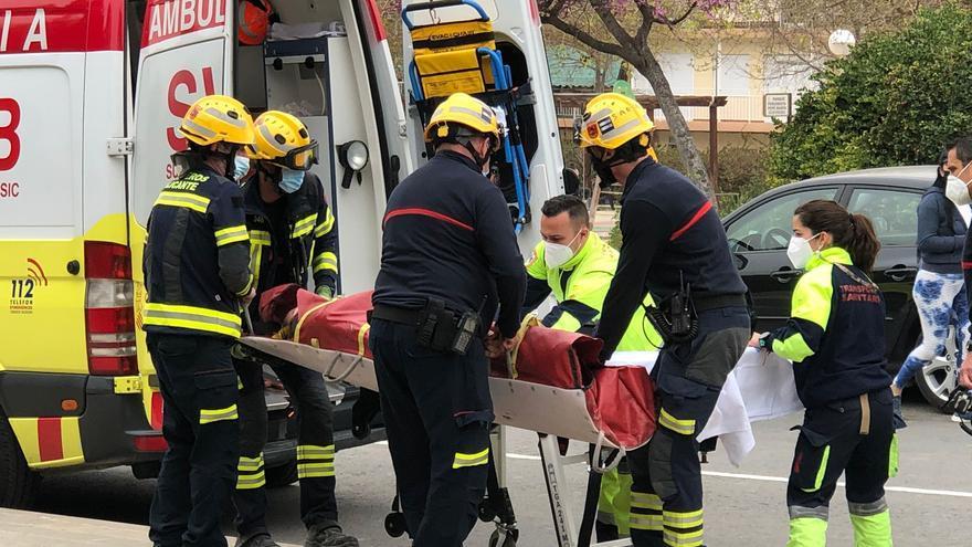 Los bomberos realizan un rescate de altura para socorrer a una senderista herida en una zona escarpada de la Serra Grossa