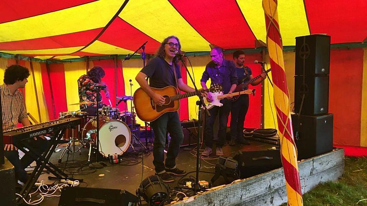 Toni Montserrat y su banda, en 2018, durante su actuación en el Wood Festival (Inglaterra).
