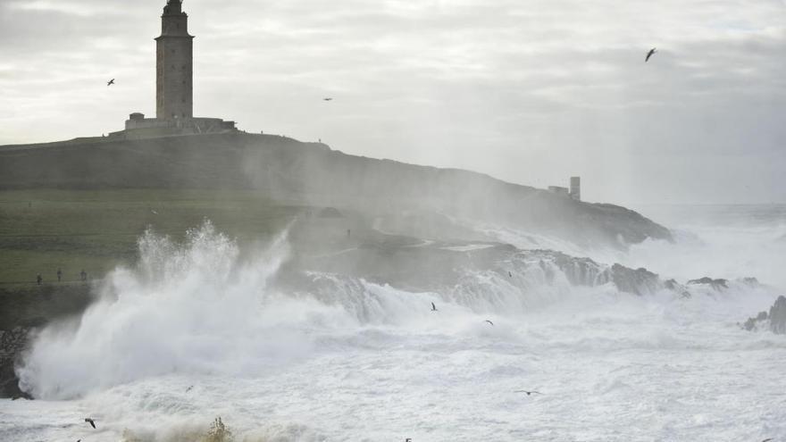 La Torre de Hércules permanecerá cerrada hoy por temporal costero