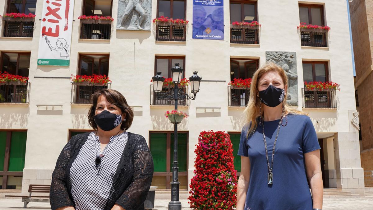 La alcaldesa Marco y la concejala Granero junto al cartel contra el maltrato a los mayores ubicado en la plaza Mayor.
