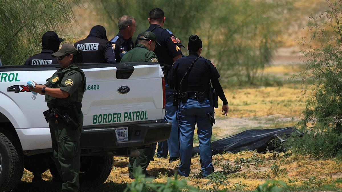 La patrulla fronteriza junto al cadáver.