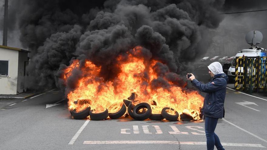 Quema de neumáticos en Alcoa por el cierre de la factoría