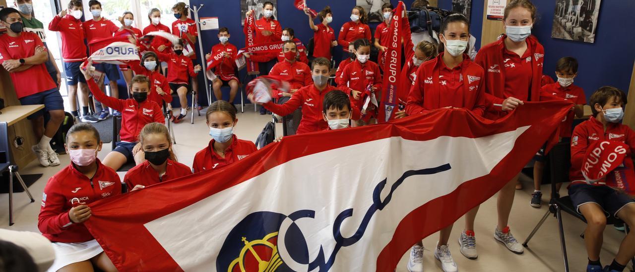 La escuela de tenis del Grupo Covadonga animando a Pablo Carreño