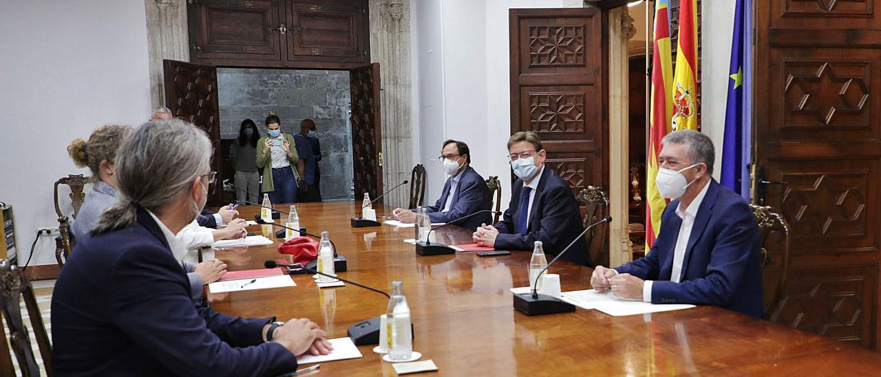 Vicent Soler, Ximo Puig y Rafa Climent, con los equipos de sus consellerias, en la reunión de ayer.  | INFORMACIÓN
