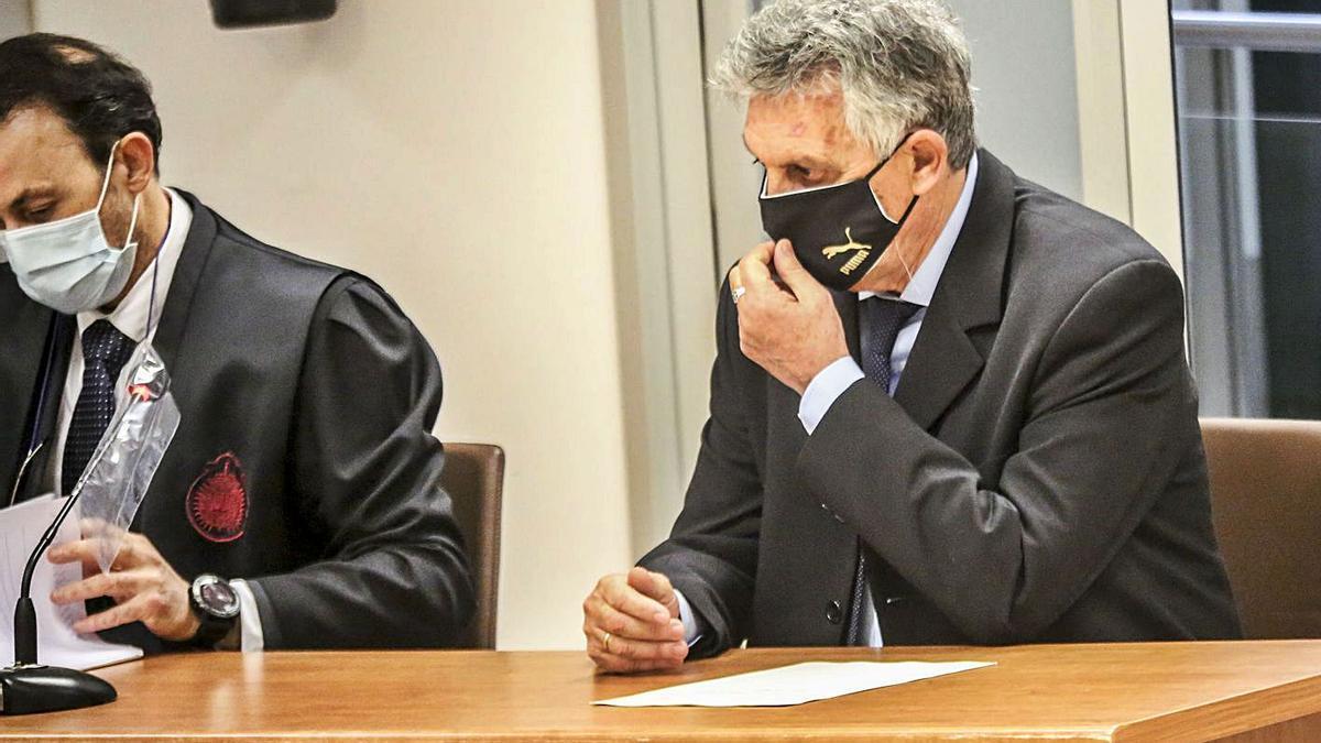 El acusado, a la derecha de la imagen, con su abogado ayer al inicio del juicio en la Audiencia.