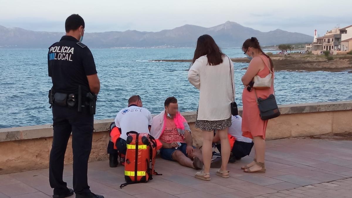 La víctima es atendida por efectivos del Samu tras haber estado a punto de ahogarse.