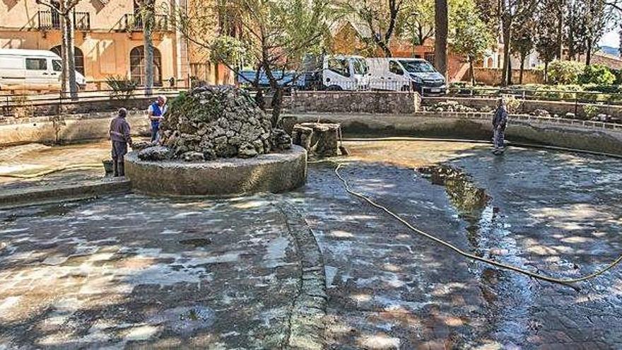 Moià buida el llac del cèntric parc municipal per netejar-lo