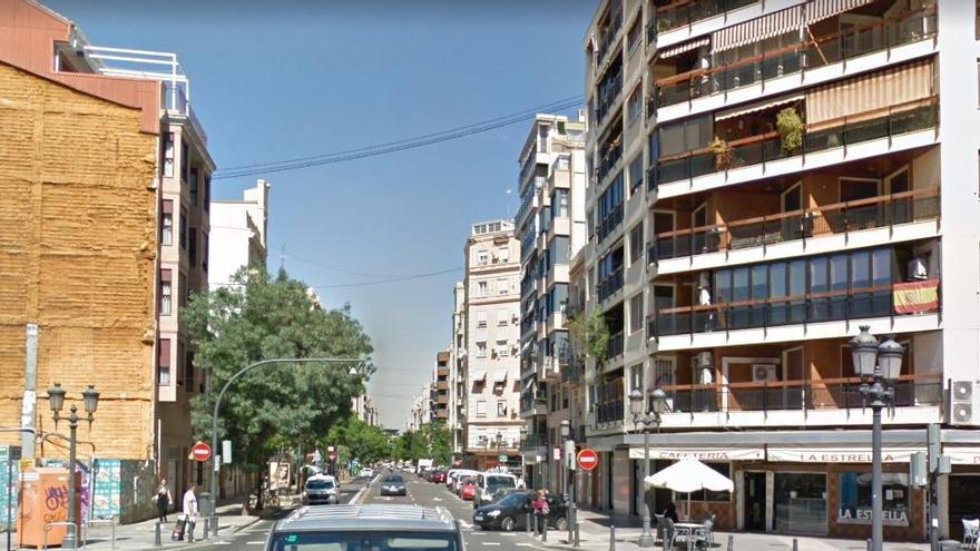 Un autobús arrolla a un motorista y deja heridos en la terraza de un bar en Russafa