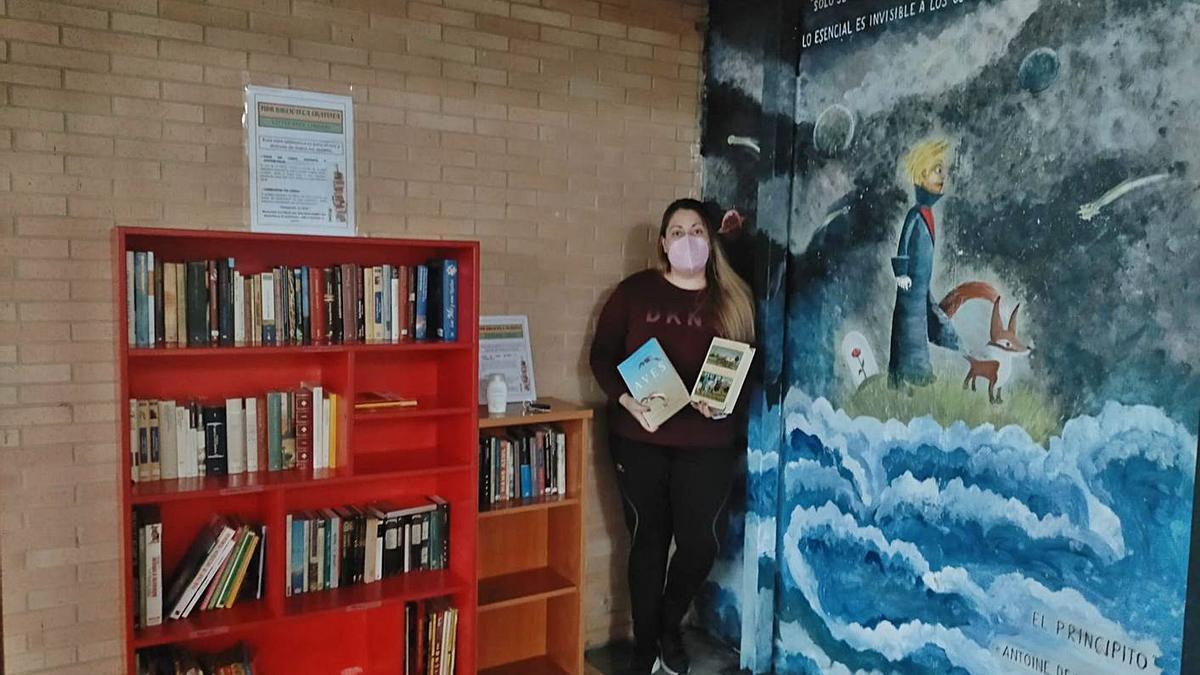 Lorena Gestoso en la pequeña biblioteca de Villaveza del Agua.