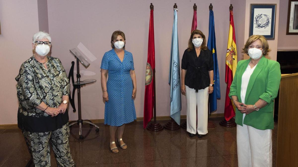 Las premiadas junto a María del Mar Albero, directora del Aula Sénior.