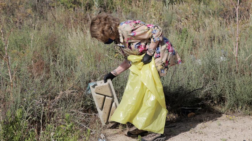La reina Sofía reafirma su compromiso con el medioambiente recogiendo basura en Madrid