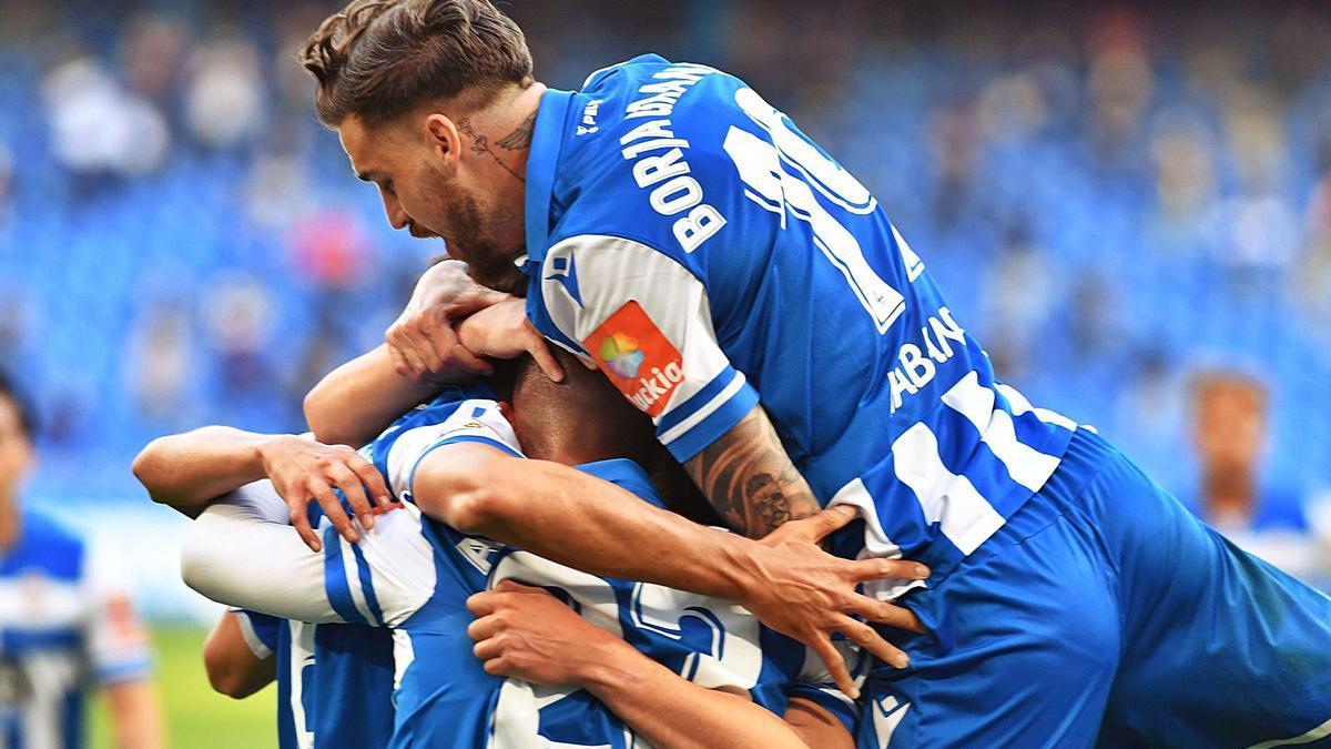 Borja Granero celebra con Adri Castro y el resto de sus compañeros del Deportivo.    // VÍCTOR ECHAVE