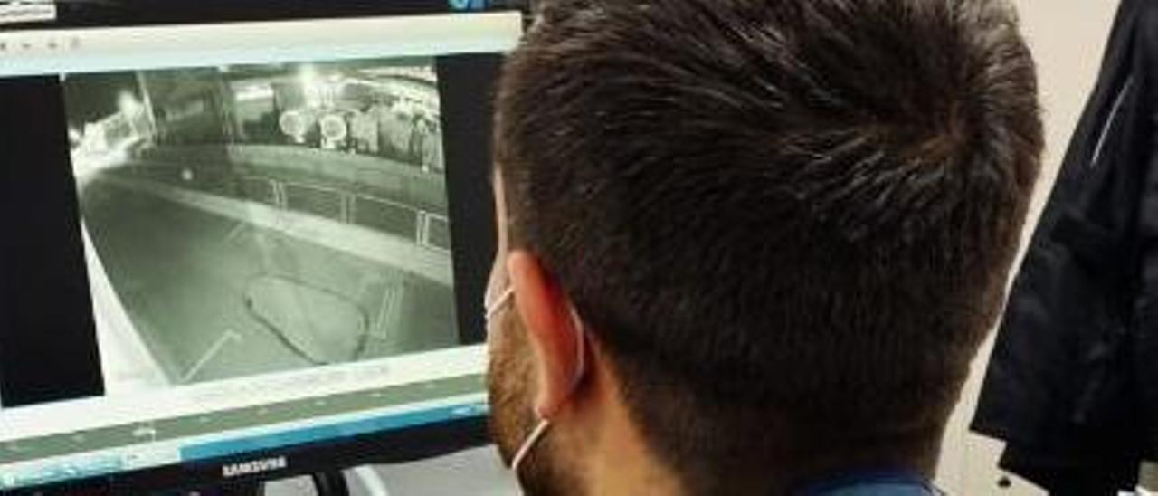 Un agente revisa una grabación de uno de los robos en Alicante.