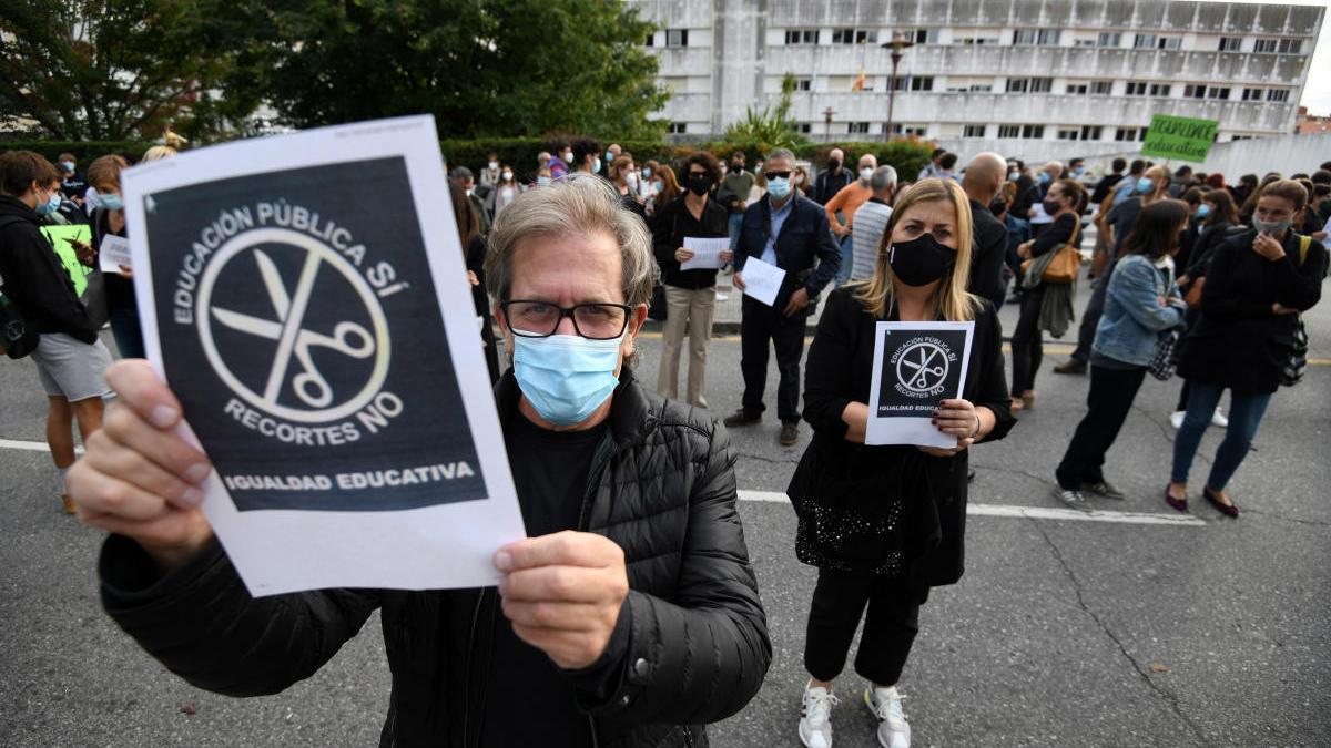 Protesta ante el IES Sánchez Cantón a favor de la presencialidad en todas las clases de Bachillerato. // G. Santos
