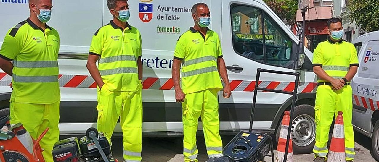 Trabajadores del nuevo servicio de mantenimiento de carreteras junto a la maquinaria.