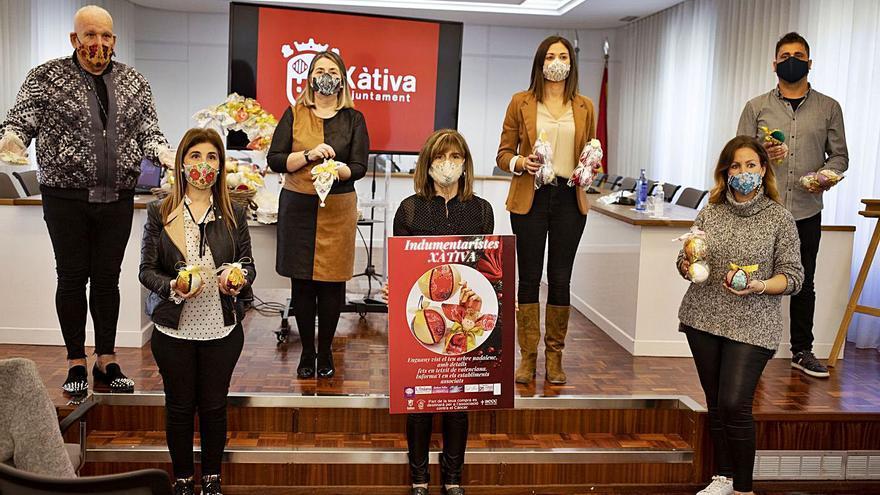Los indumentaristas de Xàtiva lanzan mascarillas y adornos navideños con tela de fallera