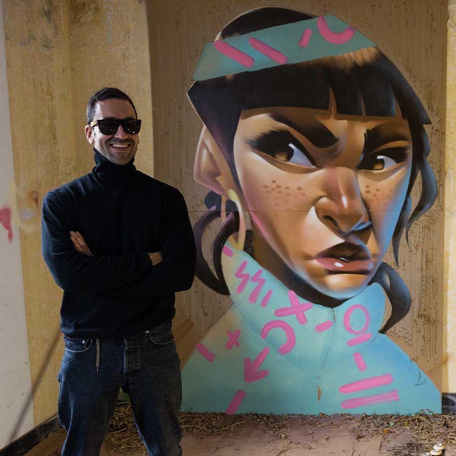 Yoe33 antes uno de sus personajes de uno de sus murales en A Coruña