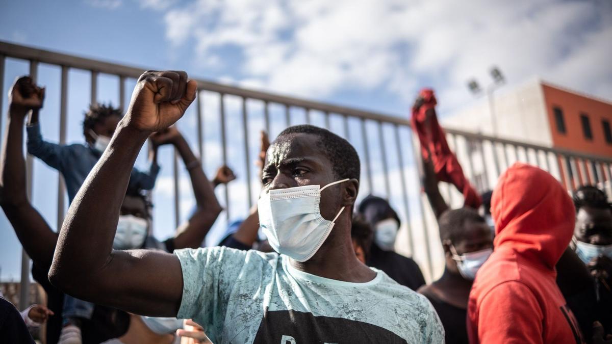 Concentración de migrantes ante la antigua prisión Tenerife I