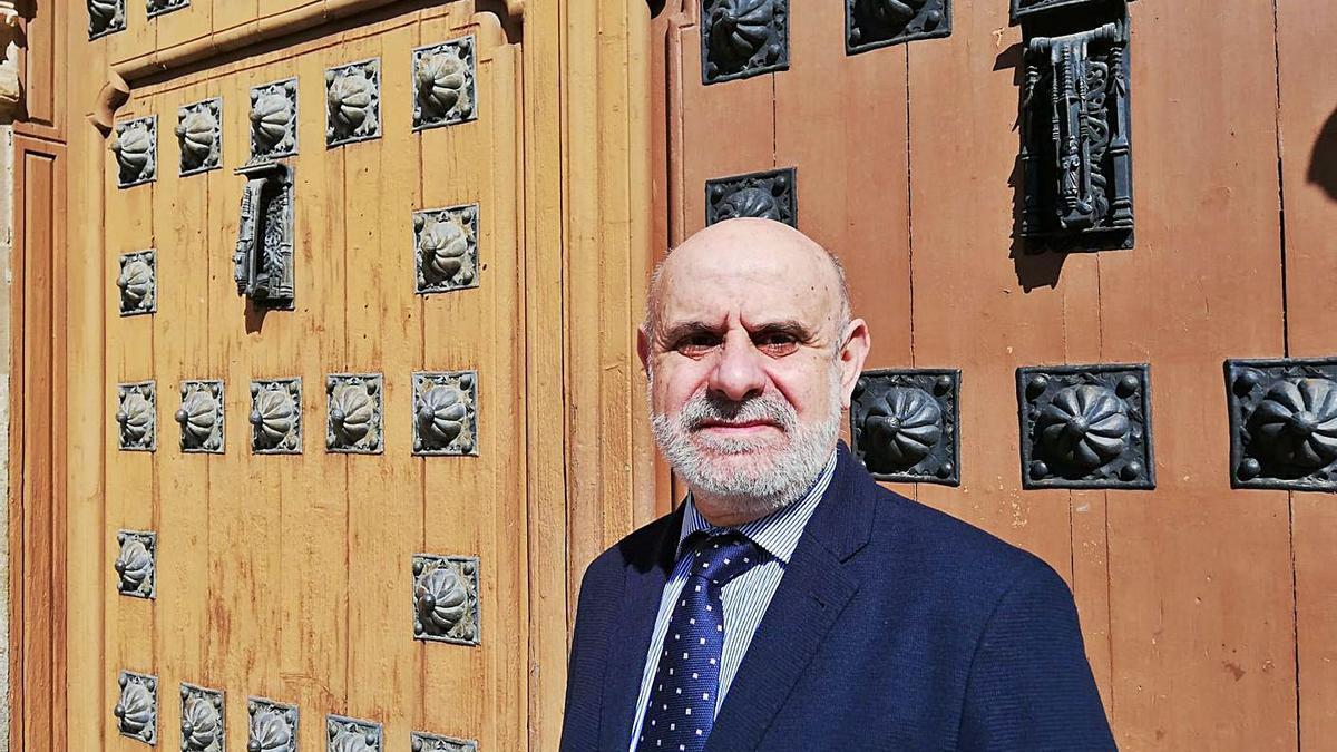 Paulino Galván Morán delante del Hospital de la Piedad.   Marta Frechilla
