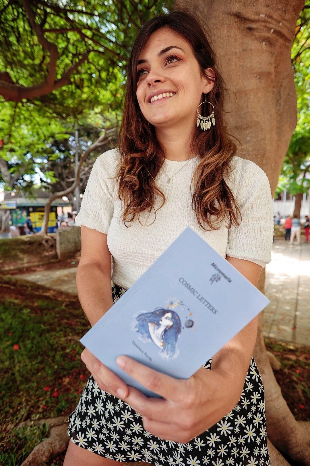 Verónica Pavés acaba de publicar su primer poemario, Cosmic Letters