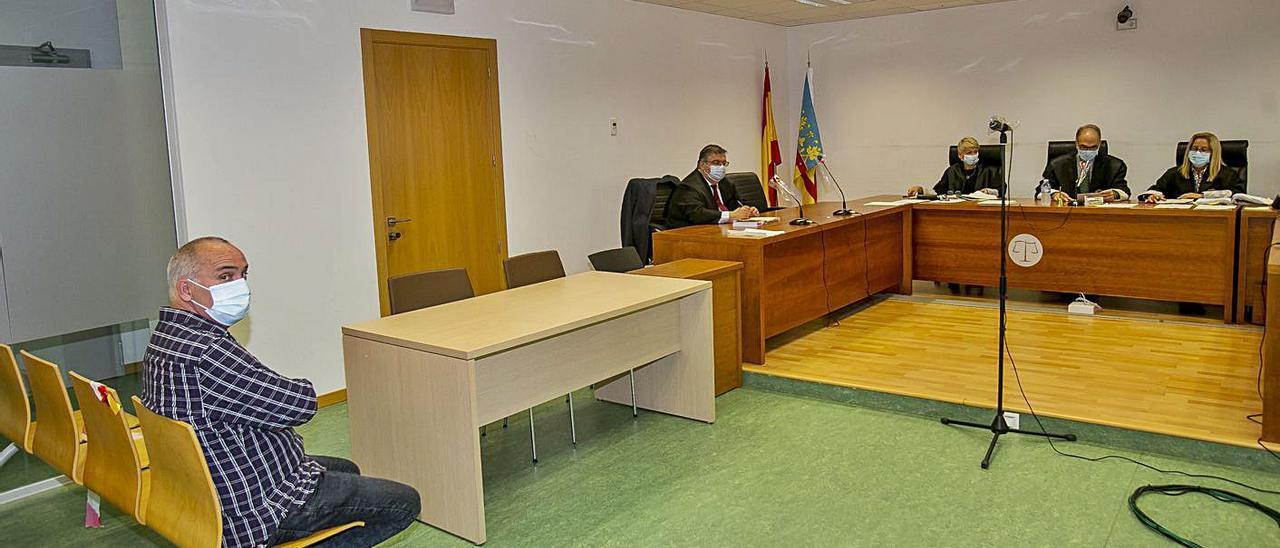 El acusado de la estafa a la vecina de Benidorm, ayer en el juicio celebrado en Alicante. | HÉCTOR FUENTES