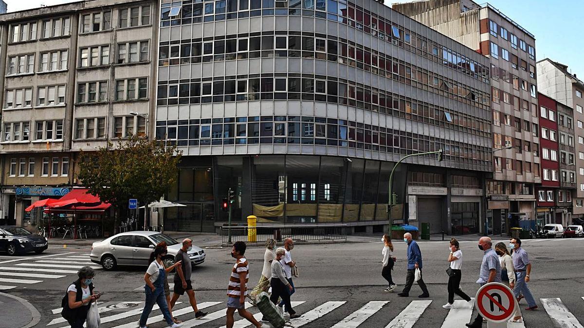 El edificio del antiguo concesionario Citroën en la avenida de Oza. |   // VÍCTOR ECHAVE