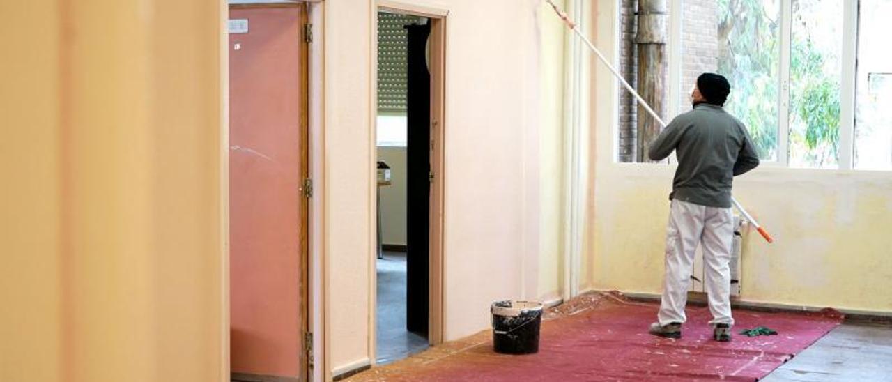 Trabajos de pintura en las instalaciones educativas. | A.B.