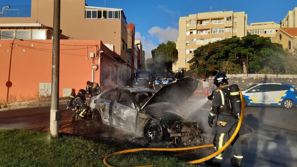 Los bomberos apagan el fuego en un coche en el Camino del Hierro.