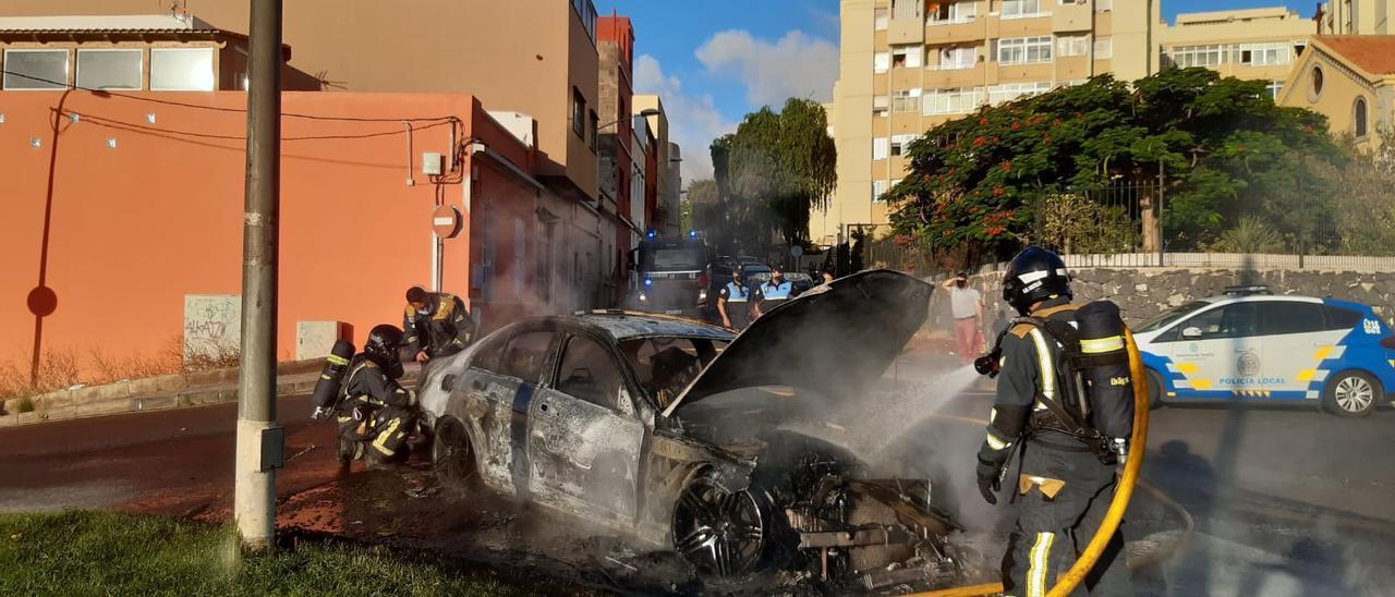 Incendio de un coche en Camino del Hierro