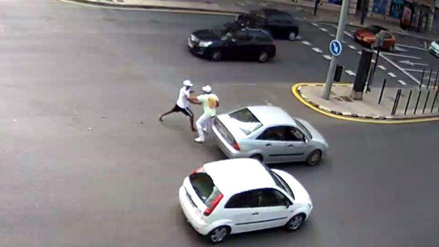El joven acuchillado en plena calle fue atacado a traición  y nadie paró para ayudarle