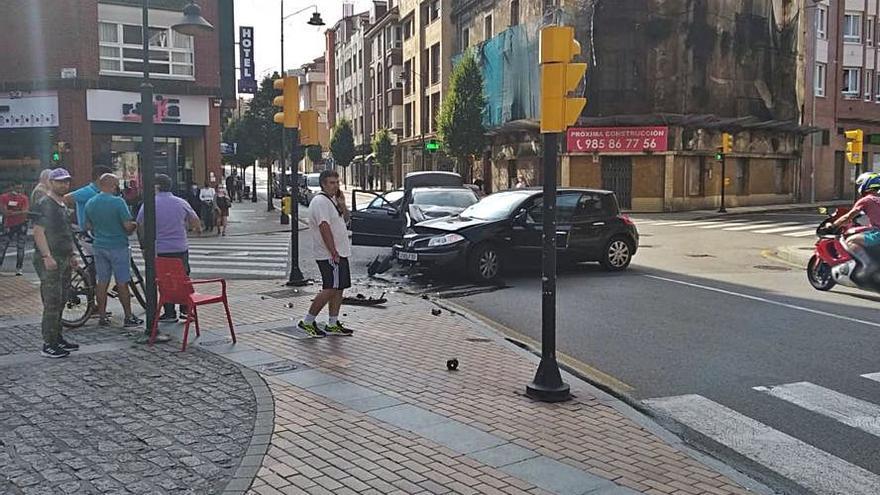 Cinco heridos leves en una colisión entre dos turismos en El Natahoyo