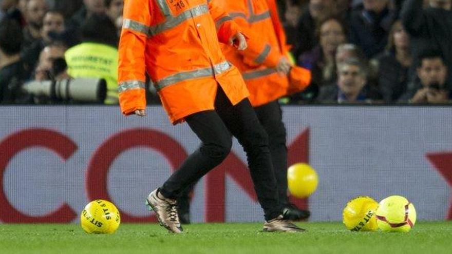 Multa de 1.500 euros al Barça por el lanzamiento de balones amarillos
