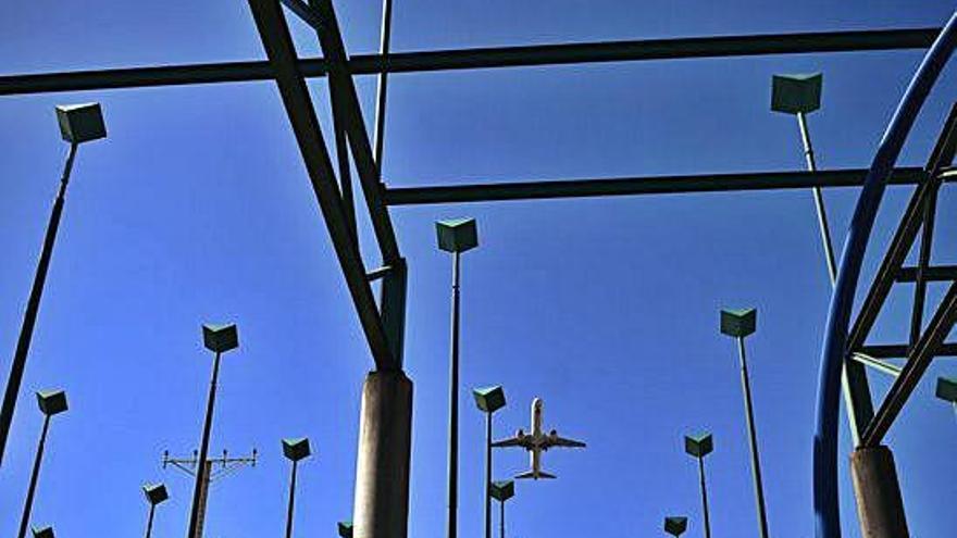 Turismo prevé prorrogar el contrato con Vueling para que opere en Alvedro en 2020
