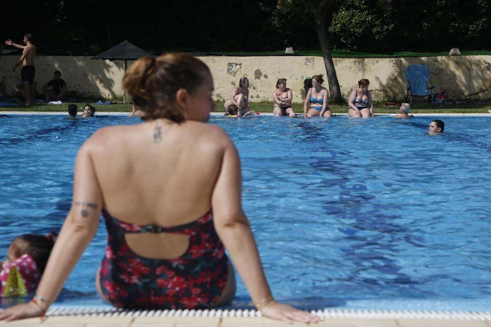 Apertura de la temporada de baños en la piscina de la calle Torremolinos