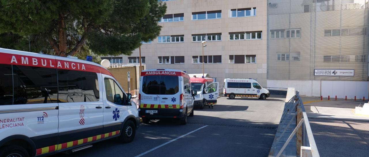 Ambulancias frente al Hospital de Elda en el mes de enero